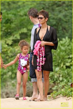 Halle Berry and Oliver Martinez take her daughter Nahla to the beach in Hawaii on March 26, 2013