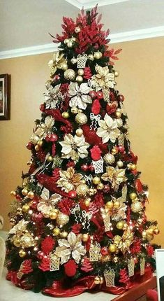 Beautiful Christmas Trees to Inspire Your Tree Decor Ideas Beautiful Christmas Trees to Inspire Your Tree Decor IdeasBeautiful Christmas Trees are the cornerstone of holiday decor. Red And Gold Christmas Tree, Christmas Tree Design, Beautiful Christmas Trees, Christmas Tree Themes, Elegant Christmas, Noel Christmas, Christmas Crafts, Scandinavian Christmas, Xmas Tree