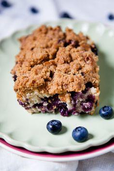 """Manchmal muss es einfach ein Kuchen sein. Ein saftiger Kuchen mit ganz vielen Streuseln und den Lieblingsbeeren, der die Seele streichelt und den Magen auf angenehme Art und Weise füllt. Ein Kuchen wie eine Umarmung. Und das ist dieser hier! Als ich den """"Blueberry Crumble Coffee Cake"""" auf Pinterest entdeckt habe (ja, ich bin süchtig!), …"""