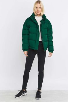Learn how to perfectly style your gorgeous green jacket in to any outfit for every occasion. Serious style inspiration is just a click away! Green Puffer Jacket, Puffy Jacket, Black Puffer, Urban Style Outfits, Casual Outfits, Fashion Outfits, Fashion Styles, Fashion Shoot, Damenjacken Winter