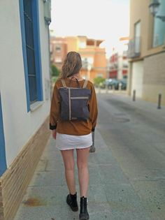 Práctica y versátil, esta mochila se convierte en bolso o al revés, gracias a las anillas y los mosquetones que los puedes sujetar de dos formas distintas. Además si unes los mosquetones podrás llevarla cruzada ✓ Capacidad para un MacBook, MacBook Air and MacBook Pro 13 o 15 ✓ bolsillo exterior Hipster Backpack, Small Backpack, Canvas Backpack, Backpack Purse, Mini Backpack, Canvas Tote Bags, Leather Backpack, Macbook Pro 13, Macbook Air