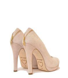 De nieuwe collectie van Fab. is uitgebreid met een super hippe schoenencollectiedie niet in je garderobe mag ontbreken. De pumps zijn uitgevoerd in suède met aan de achterkant een ritsje als detail. De schoenen vallen ruim, dus we raden je aan om een maat kleiner te bestellen.