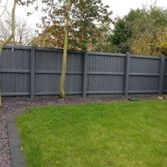 Grey fence with slate chip border around grass . Grey fence with Backyard Fences, Garden Fencing, Lawn And Garden, Backyard Landscaping, Backyard Privacy, Modern Backyard, Grey Fence Paint, Fence Paint Colours, Fence Stain