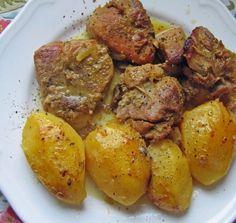 Υλικά:    1,5 Kg χοιρινό μπούτι κομμένο σε μερίδες    6 πατάτες    200ml χυμό πορτοκαλιού    χυμό από ένα λεμόνι    ξύσμα από μισό πορτοκάλι    1 κρεμμύδι ψιλοκομμένο στο μούλτι    1 κ.σ. μέλι    2 κ,σ. μουστάρδα    2 φλ. καφέ ελαιόλαδο    αλάτι    πιπέρι    Εκτέλεση:    1. Χτυπάμε στο μούλτι όλα τα υλικά εκτός από Cookbook Recipes, Pork Recipes, Dessert Recipes, Cooking Recipes, Desserts, Fun Cooking, Greek Recipes, Pot Roast, Chicken Wings