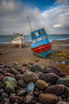 Waiting for the Tide in Ireland. Old Boats, Small Boats, Irish Roots, Luck Of The Irish, Wooden Boats, Ireland Travel, Water Crafts, Fishing Boats, Great Britain