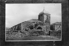 Igrexa do Cebreiro. O Cebreiro, Lugo. Ca. 1915. Placa de cristal. Bromuro rápido ou clorobromuro lento. 9,9 x 15 cm.