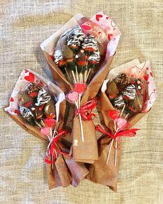 Valentine's Day Chocolate Covered Strawberry Bouquet gift chocolate Valentine Desserts, Valentines Day Chocolates, Valentine Chocolate, Valentines Food, Valentine Gifts, Diy Valentine's Desserts, Valentine Bouquet, Bouquet Cadeau, Candy Bouquet