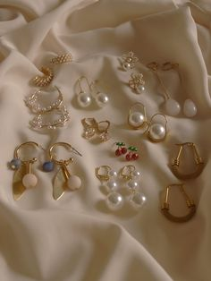 Too many earrings to count Ear Jewelry, Cute Jewelry, Gold Jewelry, Vintage Jewelry, Jewelry Accessories, Fashion Accessories, Jewelry Design, Fashion Jewelry, Skull Jewelry