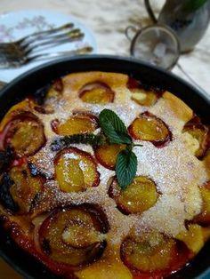 Un clafoutis gourmand aux prunes rouges (quetsches) cuisiné au lait de coco. Caramélisé avec de la vergeoise blonde, ce gâteau léger et savoureux vous fera fondre de plaisir.