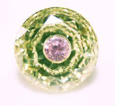 Em gemas sintéticas é possível conseguir algo deste tipo, uma peça dentro da outra. Neste caso é uma zircônia, ou seja um dióxido de…