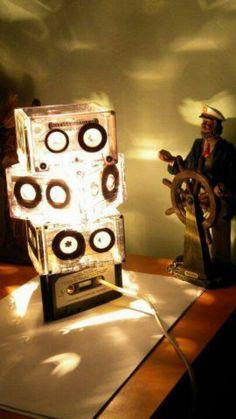 Lámpara diseñada con cassettes