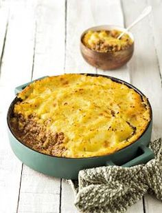 Herderspastei met patat-bolaag genoeg vir 4 6 patats, geskil en in skywe gesny 60 g ml) botter . sout en swartpeper 30 m. Mince Recipes, Banting Recipes, Cooking Recipes, Mince Meals, Kos, Mince Dishes, Good Food, Yummy Food, South African Recipes