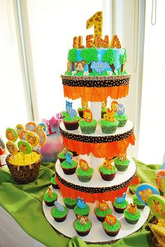 jungle cupcake tower Jungle Theme Parties, Jungle Theme Birthday, Baby Boy 1st Birthday Party, Safari Theme Party, Safari Birthday Party, Animal Birthday, Birthday Party Decorations, Jungle Cupcakes, Baby Boy Shower