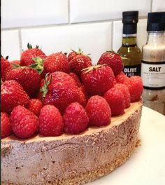 Frisk glutenfri ostekake med bringebærgele – Cake before cardio Frisk, Cardio, Cheesecake, Strawberry, Baking, Desserts, Food, Tailgate Desserts, Deserts