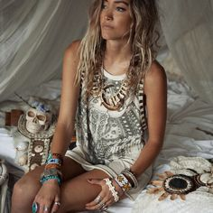 Calm  ♥♥♥...and that necklace!