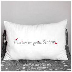 "☆...☆...☆... ........................... St Valentin : Coussin à message en lin ancien - ""Cultiver les Petits Bonheurs"" Diy Pillows, Decorative Pillows, Cushions, Textiles, Scan And Cut, Messages, Cross Stitch Embroidery, Diy Gifts, Cricut"