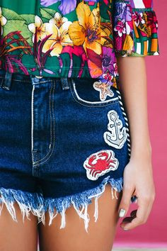 Nice bright colors, cut off shorts, and a bright top. Oh wait, is that chrome polish? Got a DIY project that involves iron-on patches? Denim Fashion, Skirt Fashion, Fashion Outfits, Diy Clothes, Clothes For Women, Estilo Jeans, Patched Jeans, Denim Trends, Swimsuit Tops