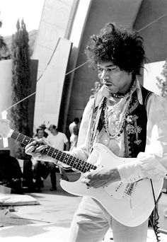 Jimi Hendrix plays his Fender Stratocaster electric guitar onstage during soundcheck for his performance at the Hollywood Bowl on August 1967 in Los Angeles. Classic Nursery Rhymes, Nursery Rhymes Songs, Jimi Hendrix Experience, Easy Guitar, Guitar Tips, Guitar Songs, Guitar Lessons, Heavy Metal, The Hollywood Bowl