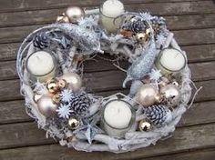 "Képtalálat a következőre: ""modern adventi koszorú"" Christmas Advent Wreath, Christmas Door Decorations, Christmas Candles, Christmas Centerpieces, Christmas Love, Diy Christmas Ornaments, Winter Christmas, Advent Wreaths, Advent Candles"