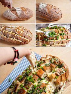 Die Zutaten: 1 Laib Brot, Gouda Aufschnitt, Knoblauch, Petersilie und Butter   Die Zubereitung:   Zuerst ein Gitter ins Brot schneiden, die Zwischenräume mit Flüssigbutter auspinseln.   Käse in Streifen schneiden, im Gitter verteilen und Knoblauch (im Glas eingelegt) kleingehackt darin verteilen.   Petersilie darüber streuen und ca. für 15 min bei 170° C in den Ofen geben.