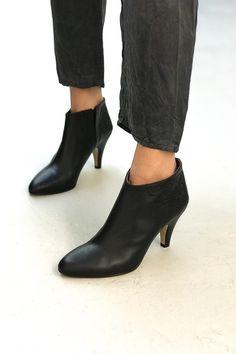 Shoppez la collection #patriciablanchet en exclusivité chez #matieresareflexion #paris #boots #shoes #leather Mode Shoes, Look Fashion, Parisian, Baskets, Designers, Feminine, Ankle, Shopping, Collection