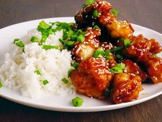 Schnelles Essen mit asiatischer Note: So einfach bereitest du im Handumdrehen Knusperhähnchen mit einer aromatischen Soße zu.