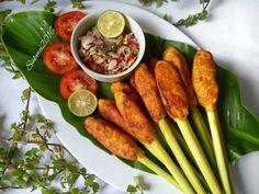 sate lilit Balinese chicken and fish satay Asian Recipes, Healthy Recipes, Malay Food, Food Menu Design, Vegetarian Menu, Malaysian Food, Indonesian Food, Asian Cooking, Food Presentation