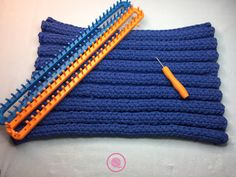 Make a Loom Knit Bathmat out of t-shirt yarn.This free video tutorial by GoodKnit Kisses uses the triple rib stitch on a long loom so there's no purling. Knitting Squares, Loom Knitting Stitches, Knifty Knitter, Loom Knitting Projects, Knitting Ideas, Knitted Blankets, Knitted Hats, Loom Blanket, Tshirt Garn