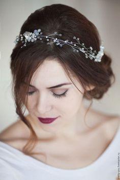 Купить или заказать Свадебный венок для волос. Венок на голову. Украшение для невесты в интернет-магазине на Ярмарке Мастеров. Свадебное украшение в прическу ручной работы. Нежнейший, венок для невесты из стеклянного жемчуга, металлических цветочков и хрусталя разных огранок. Мерцает на солнце тысячами отблесков. Веночек в полный обхват головы, крепится на ленту, которая идет в комплекте, либо на невидимки. Венок на гибкой основе, может принимать любой форму и изгибаться соответственно…
