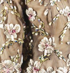 Détail. Balenciaga Haute Couture, 1961. Ensemble du soir en organza amarante, veste recouverte de tulle brodé de raphia et feuilles de rhodoïd par la Maison Lesage