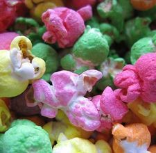 How to dye popcorn. Use for Halloween, Valentine's Day, St Patty's day, or any other color themed celebration Popcorn Snacks, Candy Popcorn, Flavored Popcorn, Popcorn Kernels, Popcorn Store, Popcorn Theme, Popcorn Garland, Popcorn Balls, Rainbow Popcorn
