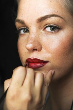 The freckles. Bold brow and lip. The subtle winged liner to the soft dusting of … - Makeup Tips Highlighting Winged Eyeliner Tutorial, Winged Liner, Beginner Eyeshadow, Bold Brows, Makeup Tips For Beginners, Gold Eyes, Lip Brush, Fett, Valentines Day Makeup