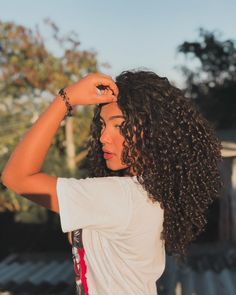The right actions to style your curly hair To have curly hair naturally there are some golden rules. Wash your hair gently so as not to dry the scalp, and detangle after applying a conditioner. Long Curly Hair, Curly Girl, Curly Hair Styles, Natural Hair Styles, Natural Curls, Short Hair, Over 60 Hairstyles, Unique Hairstyles, Pretty Hairstyles