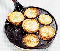 Kokosplättar är en underbar variant på klassiska plättar fast med smak av söt kokos. Plättarna ges en fyllig smak av smör när du steker dem. Kokosflingorna i smeten får fram sin härliga smak av värmen i pannan. Servera med frukt, bär eller glass.