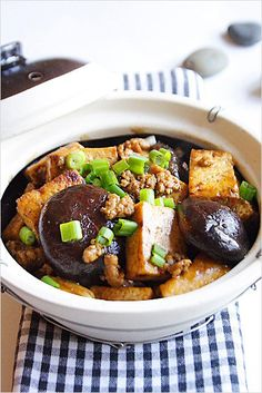 Braised Bean Curd with Mushrooms (Firm Tofu) - Ground pork, shiitake mushrooms, dark soy sauce, scallion, and garlic come together in this delicious recipe. Vegetarian Recipes, Cooking Recipes, Healthy Recipes, Firm Tofu Recipes, Garlic Recipes, Fruit Recipes, Claypot Recipes, Tofu Dishes, Crunch