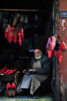 Shoes maker from Kahramanmaraş Turkey Tante Emma Laden, Turkey Culture, World Pictures, Working People, Man Photo, People Around The World, First World, Istanbul, Beautiful People