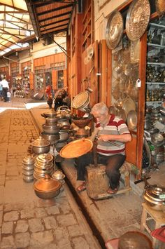 Gaziantep a coppersmith People Around The World, Around The Worlds, Turkish People, Capadocia, Asia, Turkish Art, Turkey Travel, Famous Places, Silk Road