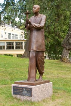 World Harmony Run founder of the race and the peace of the philosopher. Statue is located in the Hietalahti Villa's park. Villa Park, Finland, Garden Sculpture, Spirituality, Racing, Peace, Statue, World, Outdoor Decor