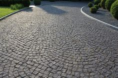 I really like this striking cobblestone driveway Modern Driveway, Driveway Design, Modern Patio, Landscape Design, Garden Design, Cobblestone Driveway, Concrete Driveways, Front Yard Landscaping, Beautiful Gardens