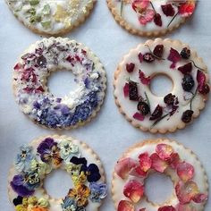 Lavender Shortbread with Fruits, Flowers, and Herbs Candied herbs, edible dried flowers, and freeze-dried berries are beautiful decorations for these iced cookie wreaths. Learn how to make the shortbread in this video. Fruit Flowers, Flower Food, Lavender Flowers, Edible Flowers Cake, Real Flowers, Sugar Flowers, Spring Flowers, Vegan Wedding Cake, Cake Wedding