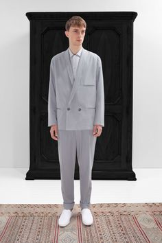 25. Double-breasted jacket and one-pleated pants in light cotton denim / Short pointed collar shirt in cotton muslin / Slippers in cotton canvas