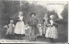 Les enfants d'Hennebont dans le Morbihan au retour des champs. Merci @isabelle78 pour cette superbe carte postale de la Bretagne Pittoresque. http://www.geneanet.org/search/collection