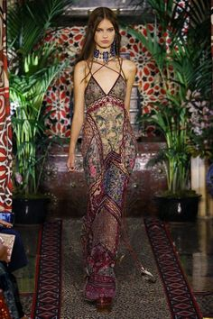 119 BOHO FASHION IMAGE Boho fashion items add a colorful touch to your personal appearance. Many elements of boho-chic dressing became fashionable in the late Boho chic items can be regarded as being primarily influenced by arts and crafts. Look Fashion, Runway Fashion, High Fashion, Fashion Design, Fashion Trends, Fashion Ideas, Fashion Spring, Gothic Fashion, Couture Fashion