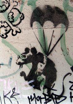 Banksy Rat I love it Banksy Rat, Banksy Graffiti, Bansky, Banksy Stencil, Ephemeral Art, Street Art Banksy, Amazing Street Art, Chalk Art, Street Artists
