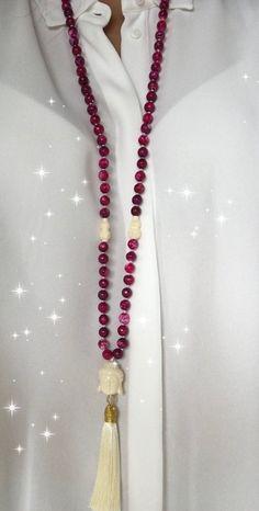 Collier sautoir de perles d'agate roses nouées à la main, pendentif tête de bouddha et pompon de soie, Pièce unique. Colar Diy, Diy Collier, Tassel Necklace, Beading Ideas, Jewels, Hinduism, Etsy, Projects, Fashion