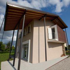 Ristrutturazione con finestre in legno I30; protezione solare ed oscuramento con #raffstore ed #antoni in legno.
