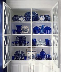 blue and white asian decor | At left : In the same room, blue and white Chinese porcelain keeps ...