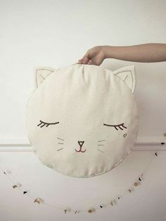 Pussy cat pouf by Boramiri - inspires me to make a fox version as a pillow for my bed (Diy Pillows For Kids) Sewing Pillows, Diy Pillows, Sewing For Kids, Diy For Kids, Cat Crafts, Diy And Crafts, Diy Deco Rangement, Sewing Projects, Diy Projects