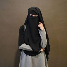 Menjadi pendampingmu didunia hanyalah sebuah keinginanku semata tetapi menjadi pendampingmu dunia akhirat adalah penantian terakhir dr hidupku. Hijab Niqab, Muslim Hijab, Mode Hijab, Hijab Outfit, Arab Girls Hijab, Muslim Girls, Muslim Brides, Niqab Fashion, Muslim Fashion