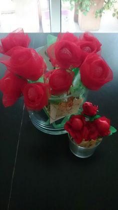 Aquest Sant jordi 2015 he fet roses de tul i gominola pet a la mare i  amigues i per a les nebodes i altres petites roses amb xupa-xups. Feliç sant jordi 2015!!!
